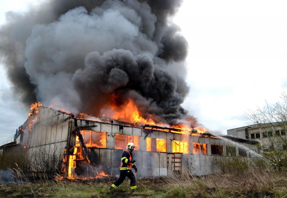 Požár haly v bývalém závodu Škoda v Ostrově na Karlovarsku