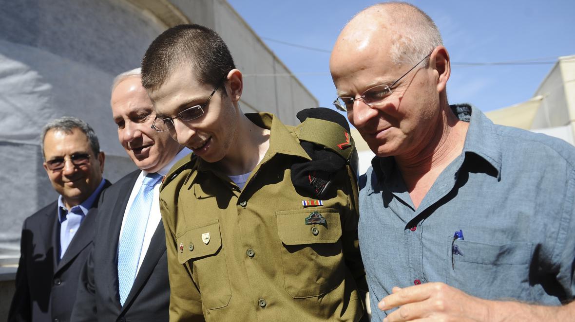 Gilad Šalit se svým otcem (vpravo) a Benjaminem Netanjahuem (druhý zleva)