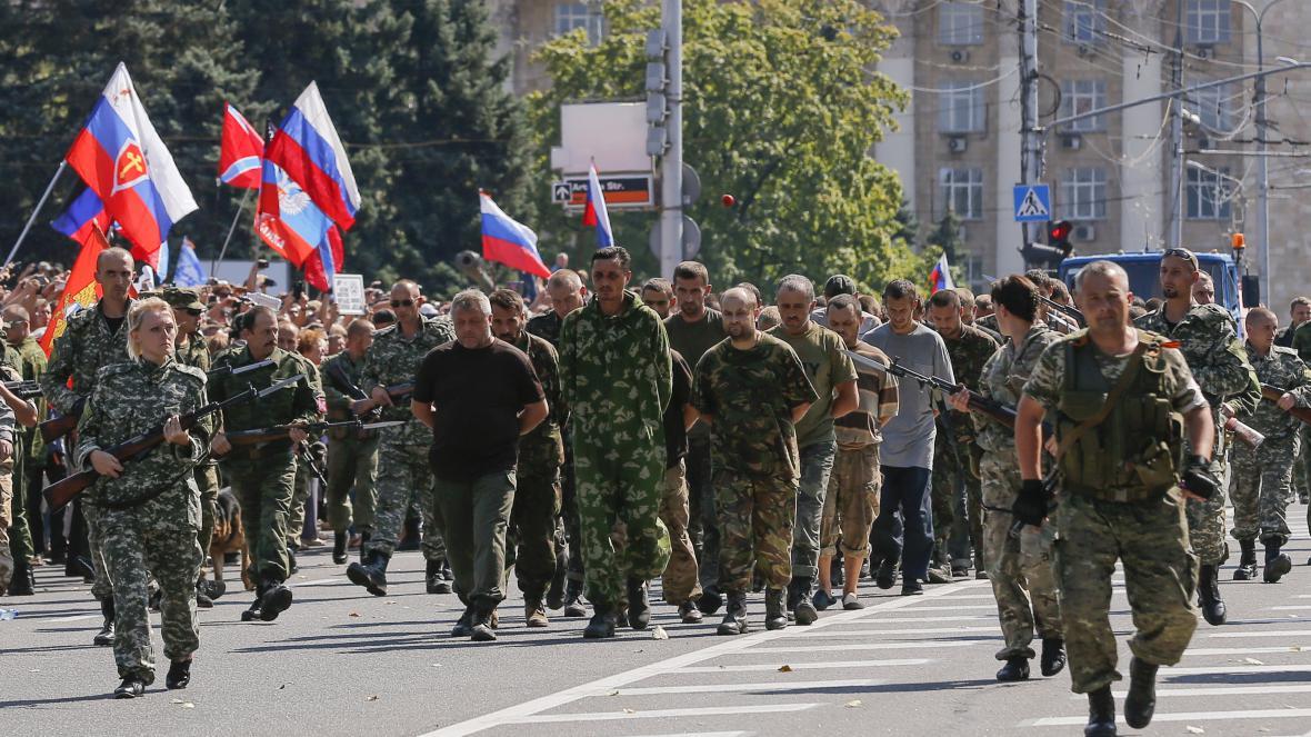 Proruští separatisté v Doněcku vedou ukrajinské zajatce v srpnu 2014