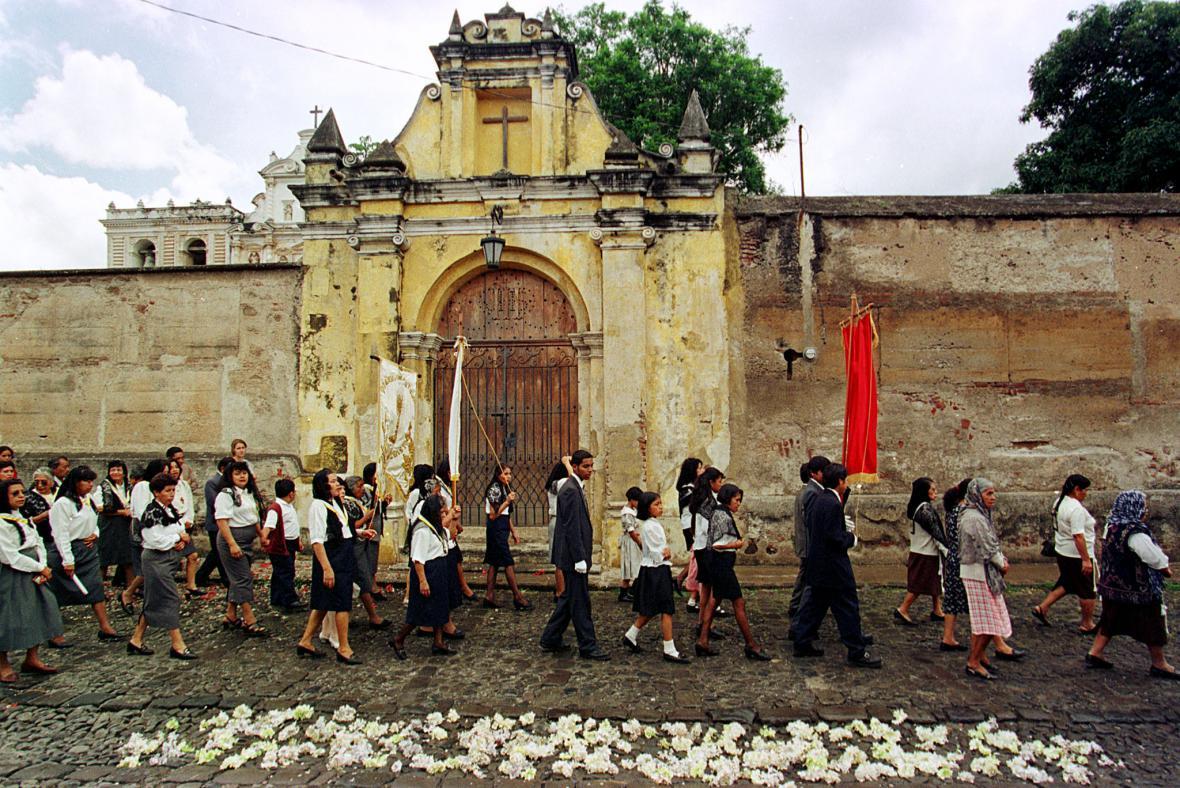 Procesí ve starobylém městě Antigua