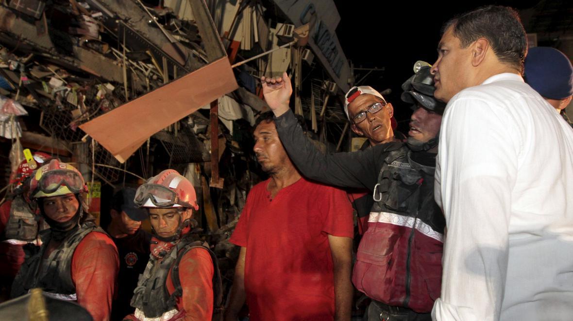 Ekvádorský prezident Rafael Correa v jednom z nejpostiženějších měst - Mantě