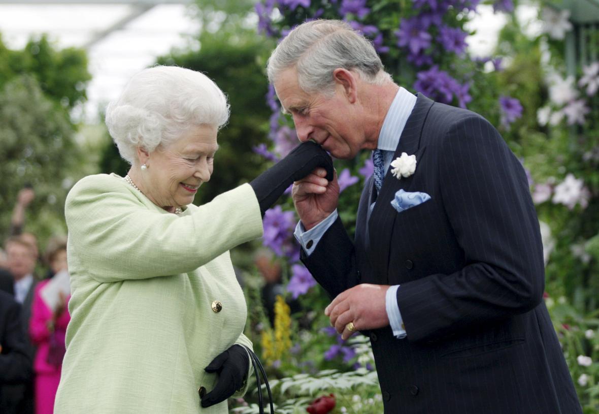 Alžběta II. se svým synem Charlesem