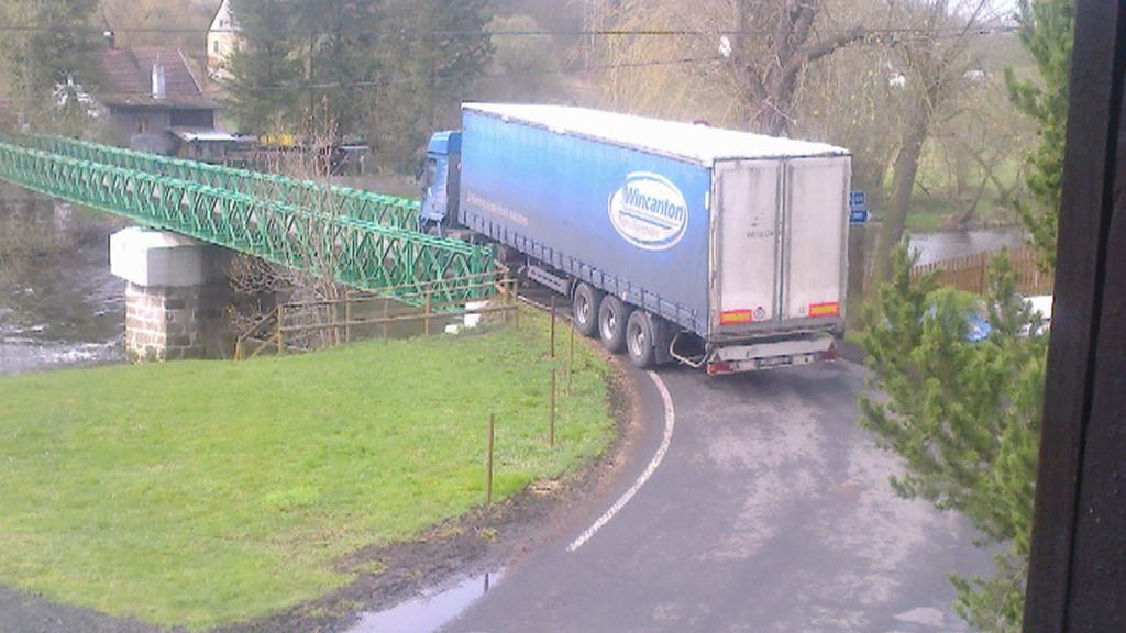 Kamion na šemnickém mostě