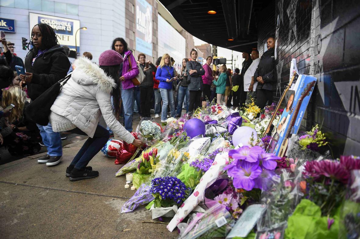 Lidé přinášejí květiny před klub v Minnesotě