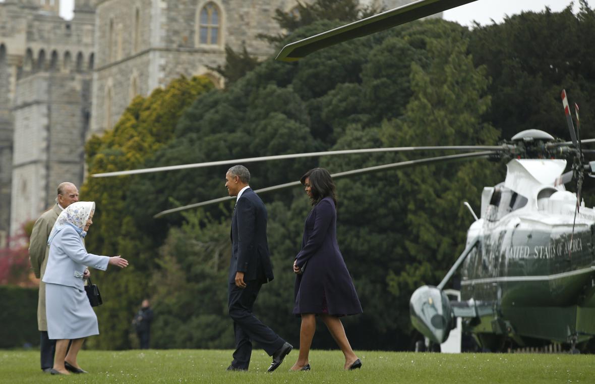 Královna osobně uvítala Obamu po příletu do Windsoru