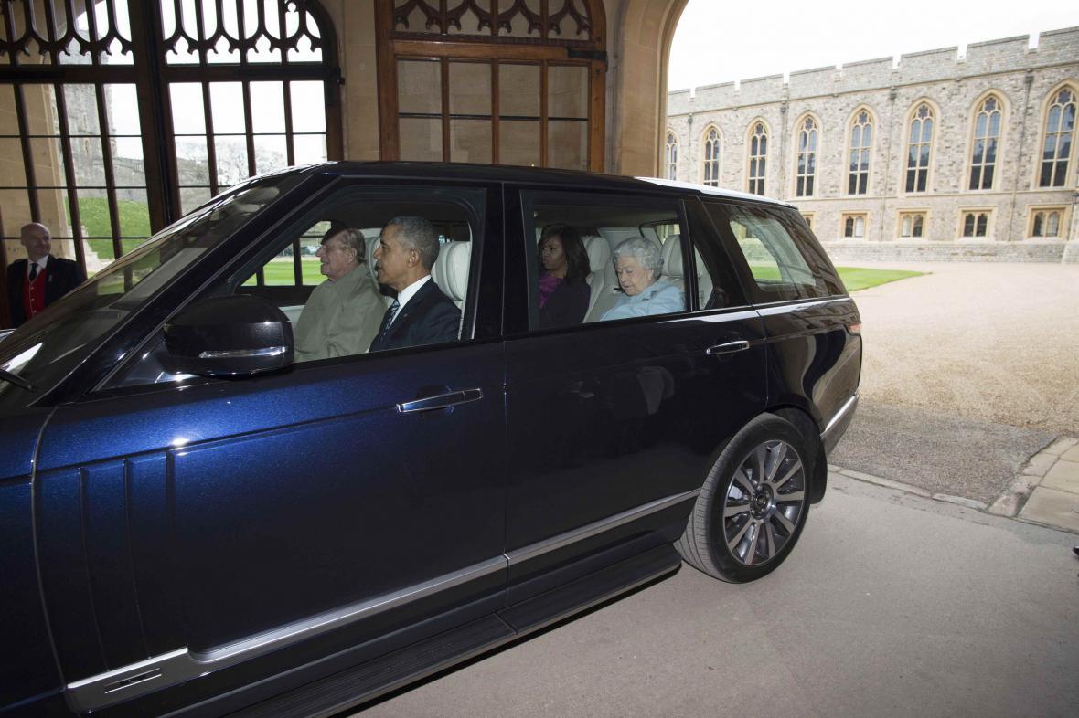Americký prezidentský pár i královnu Alžbětu odvezl k hradu osobně princ Philip