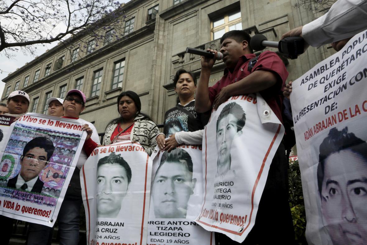 Příbuzní zmizelých studentů na jedné z četných demonstrací