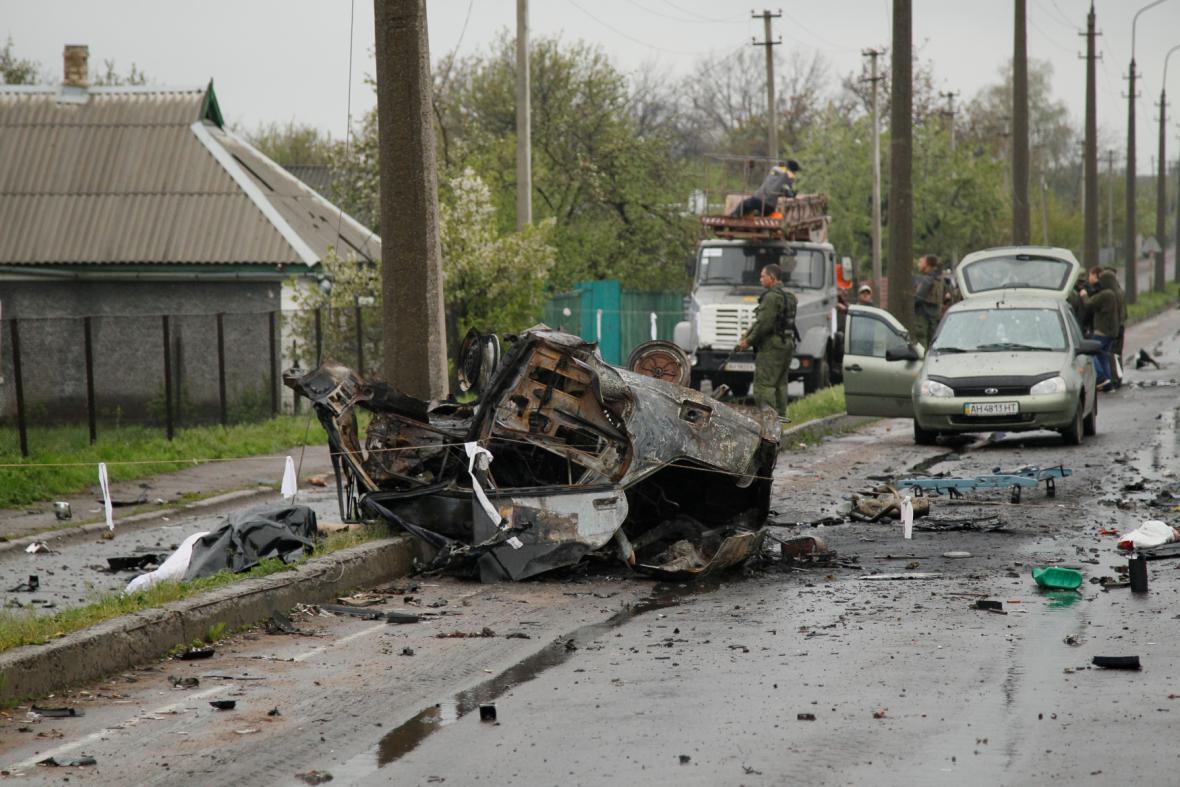 Zničené auto po ostřelování v obci Olenivka