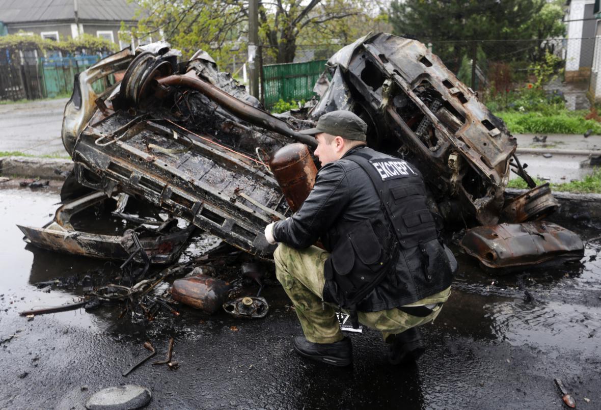 Zničené auto v obci Olenivka