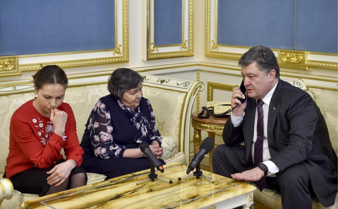 Vira Savčenková s matkou a ukrajinským prezidentem