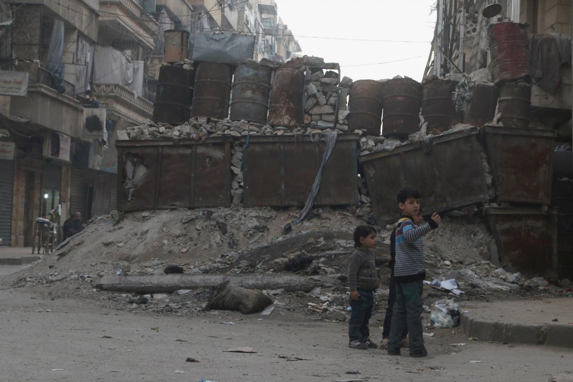 Zabarikádované ulice v povstalci držené části Aleppa