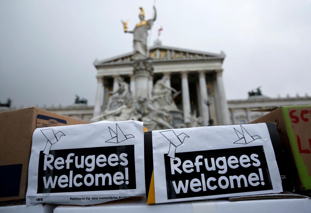 Demonstrace na podporu uprchlíků před rakouským parlamentem