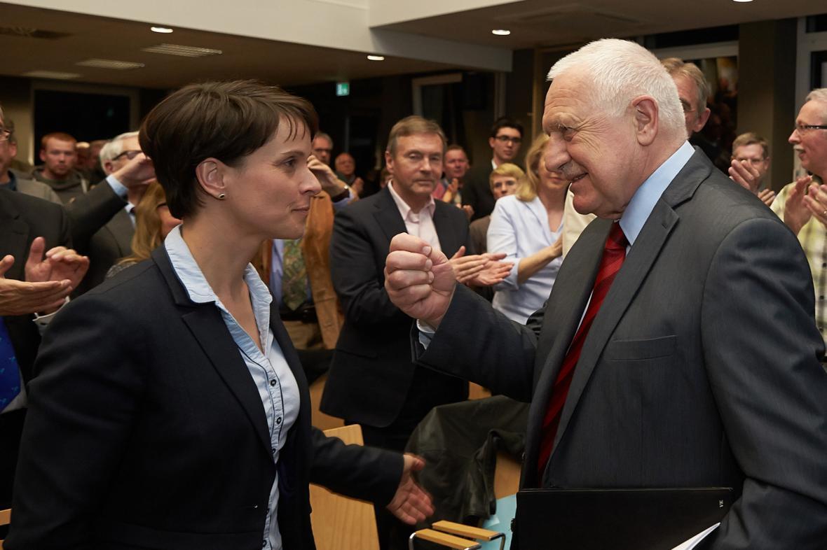 Klaus se šéfkou AfD Frauke Petryovou při setkání v březnu