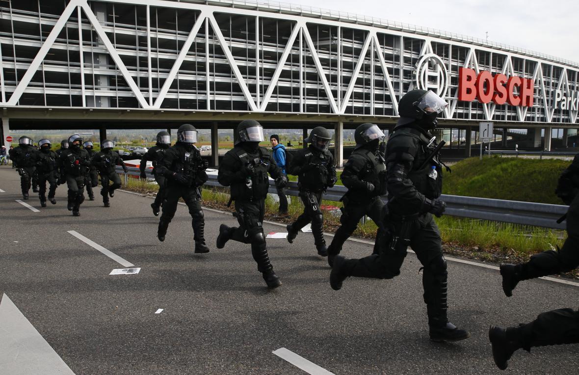 Policie během potyček ve Stuttgartu