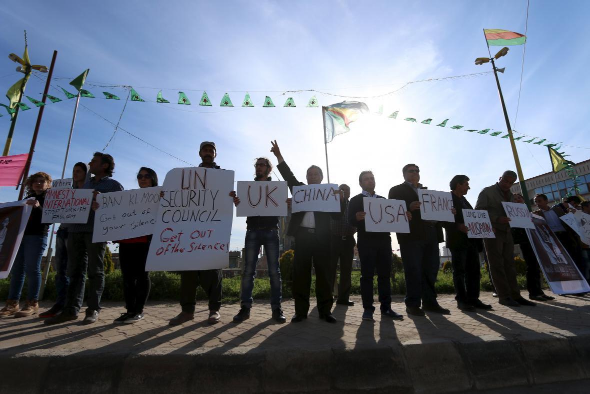 Kurdové s plakáty proti násilí v Nusaybinu v Turecku