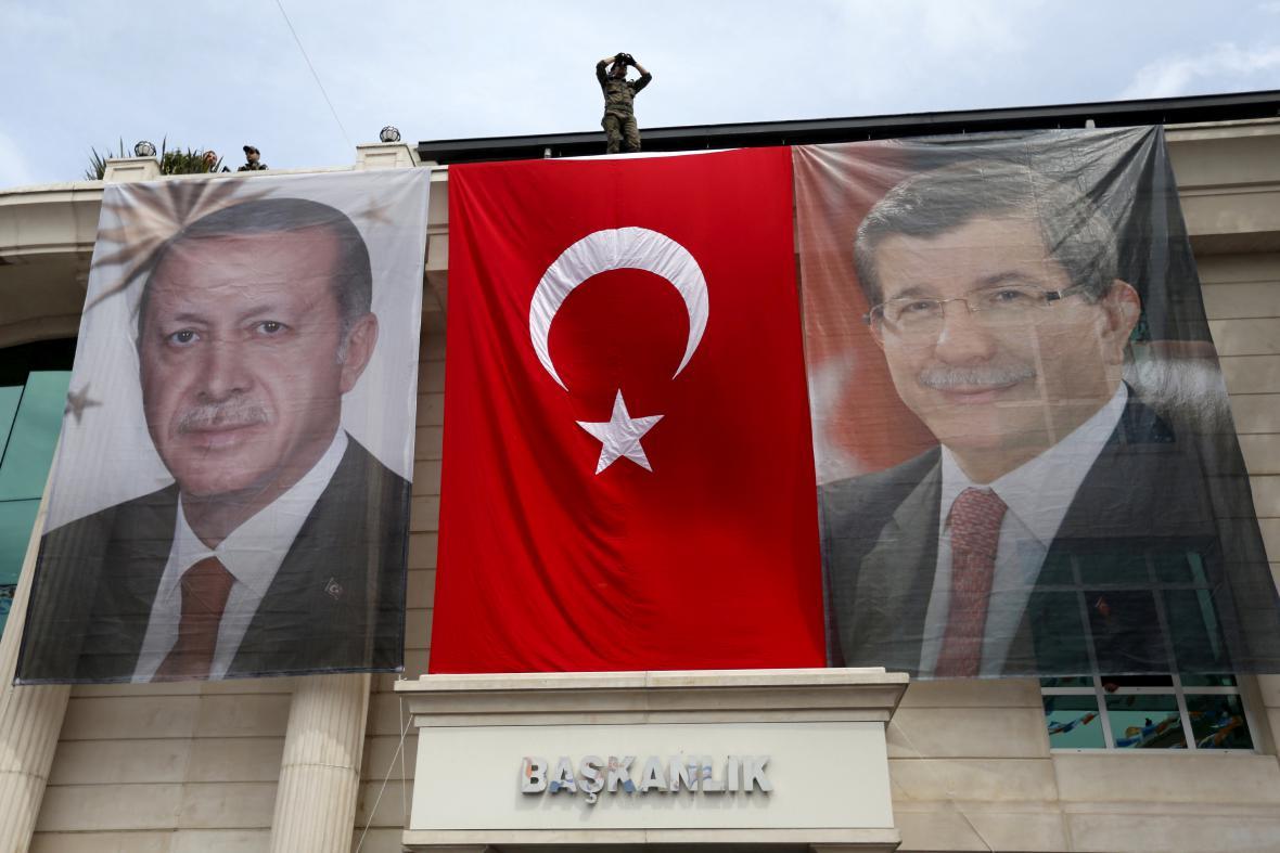 Portréty úprezidenta Erdogana a premiéra Davutogla