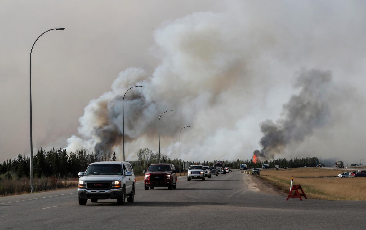Evakuační konvoj opouští Fort McMurray