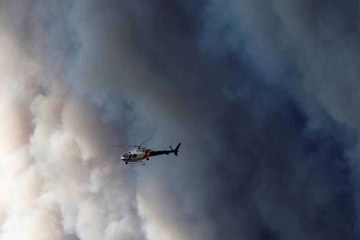 Helikoptéra nad hořící Albertou