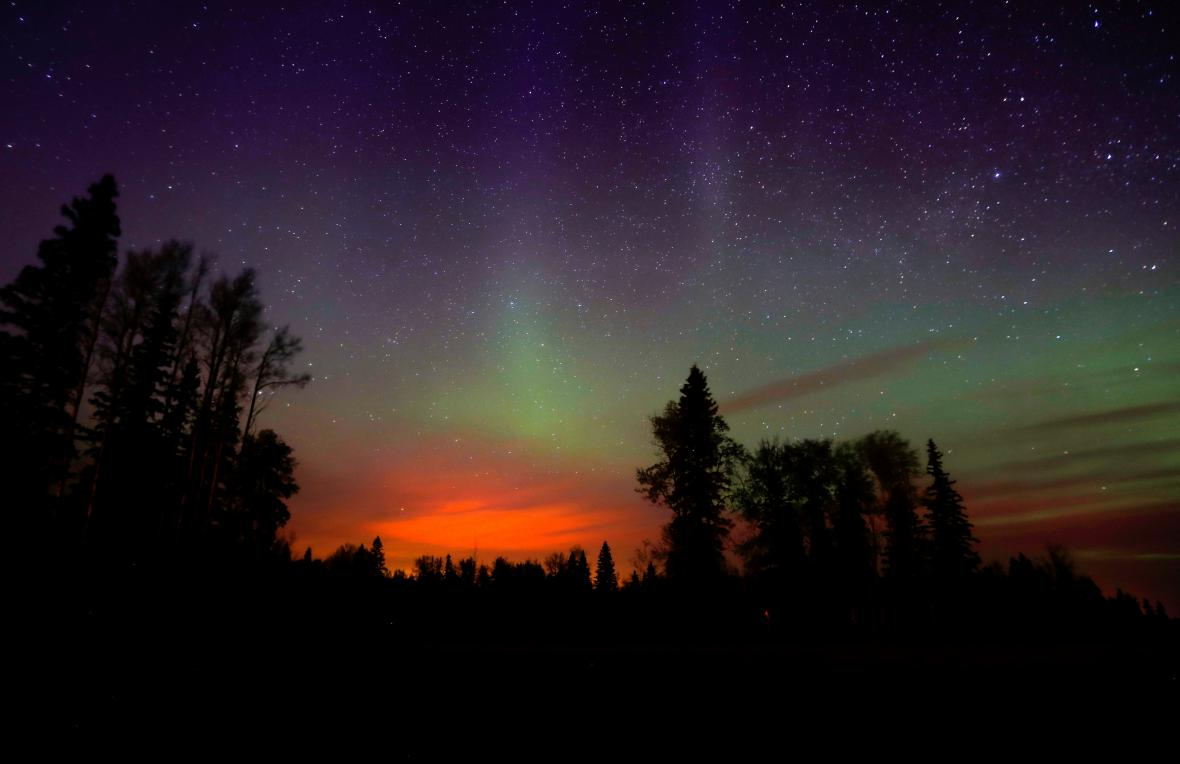 Požár nad Albertou překryl polární záři