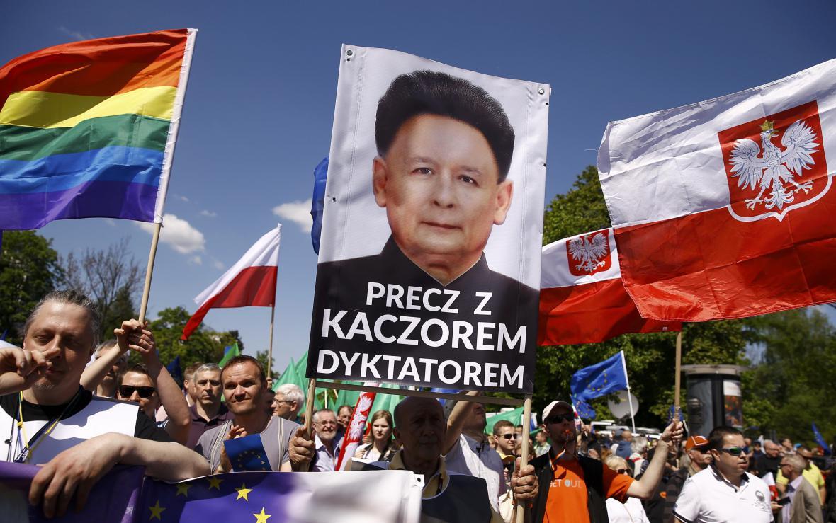 Protivládní demonstrace v ulicích Varšavy
