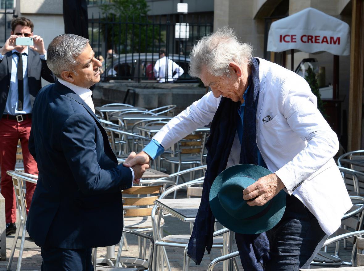Herec Ian McKellen gratuluje Khanovi k vítězství