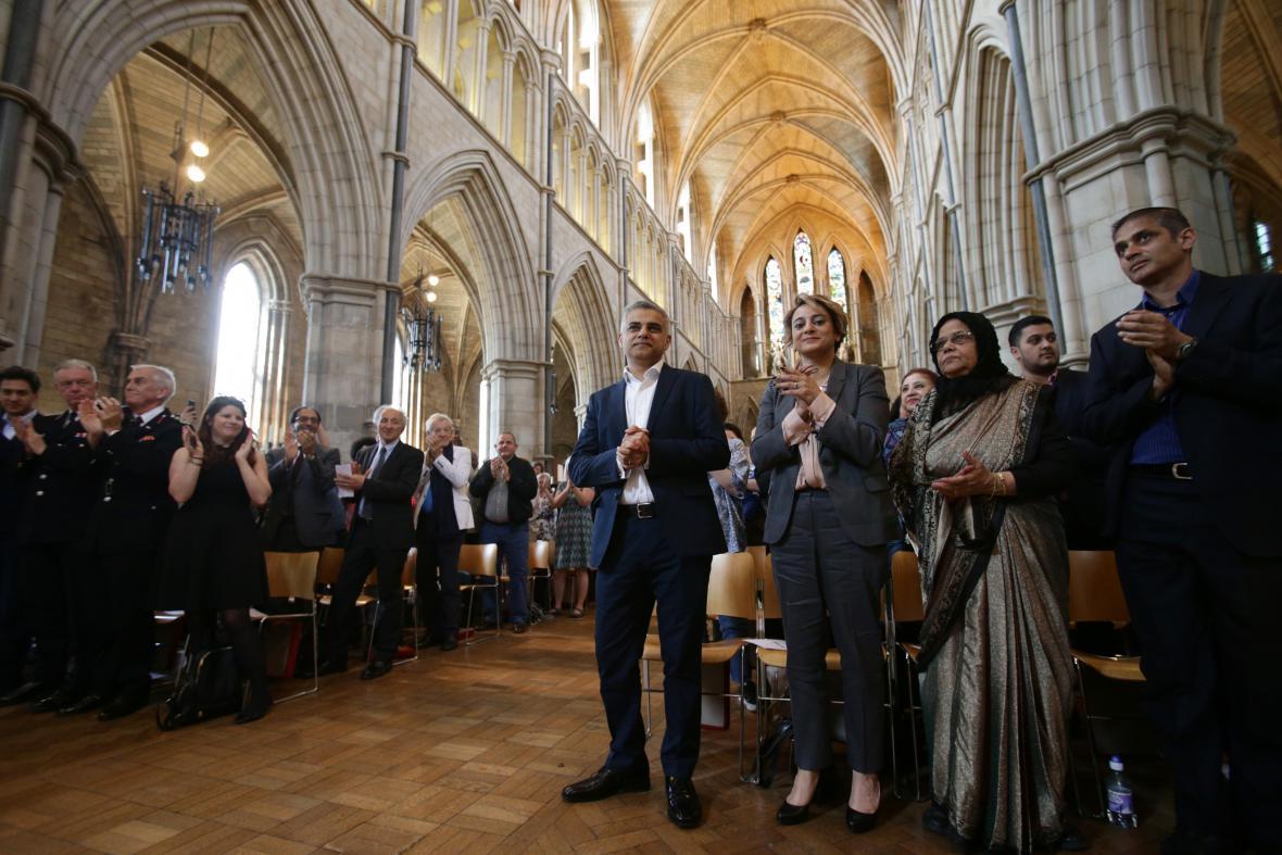 Sadiq Khan v londýnské katedrále po boku své ženy