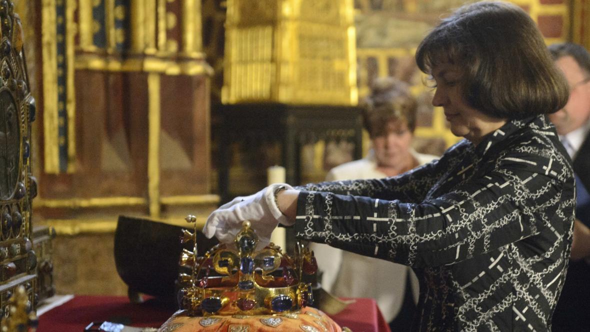 Ivana Kyzourová v roce 2013 při úpravě korunovačních klenotů