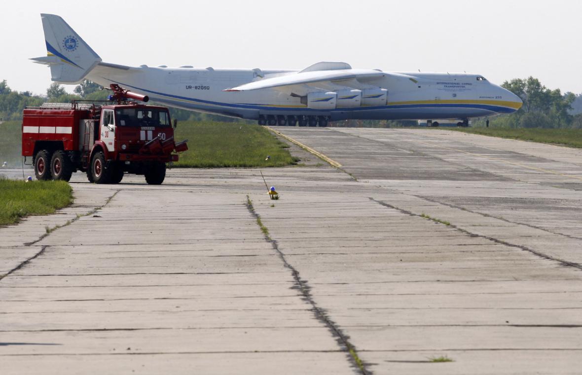 Antonov An-225 na letišti v Kyjevě před odletem do Prahy. Mrija v ukrajinštině znamená sen