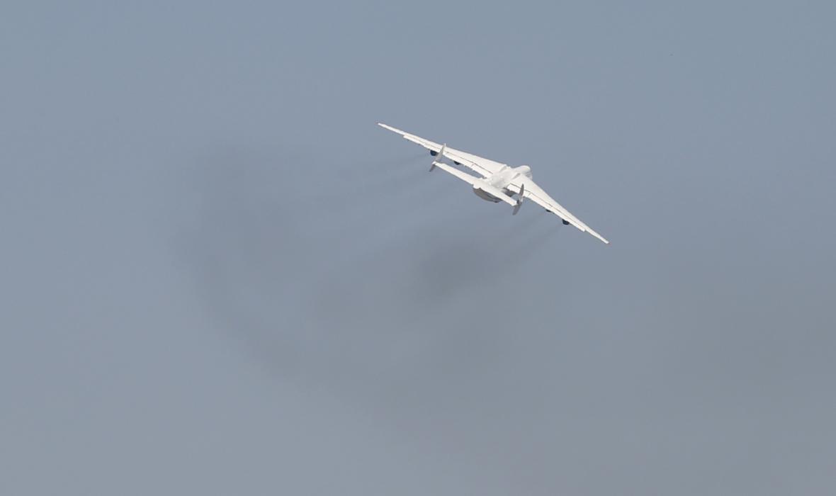 Antonov AN-225 na začátku svého letu do Prahy