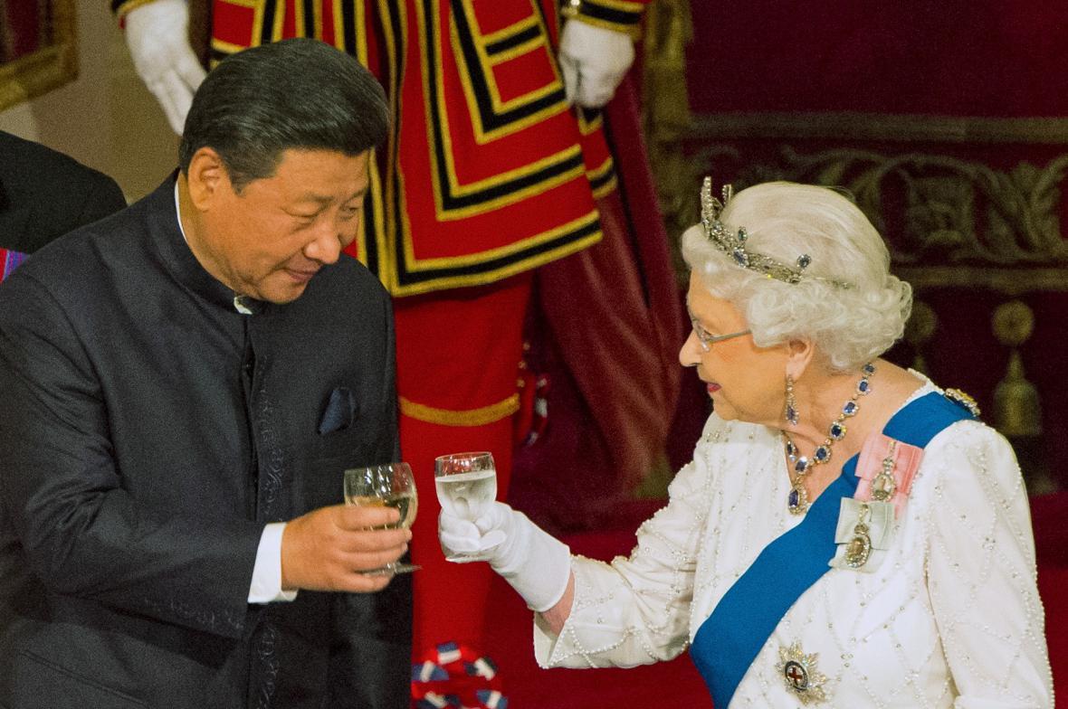 Si Ťin-pching s britskou královnou Alžbětou II.