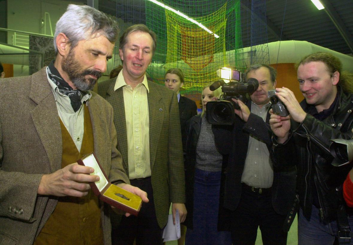 Archeolog Jiří Svoboda s Landeckou Venuší v roce 2009