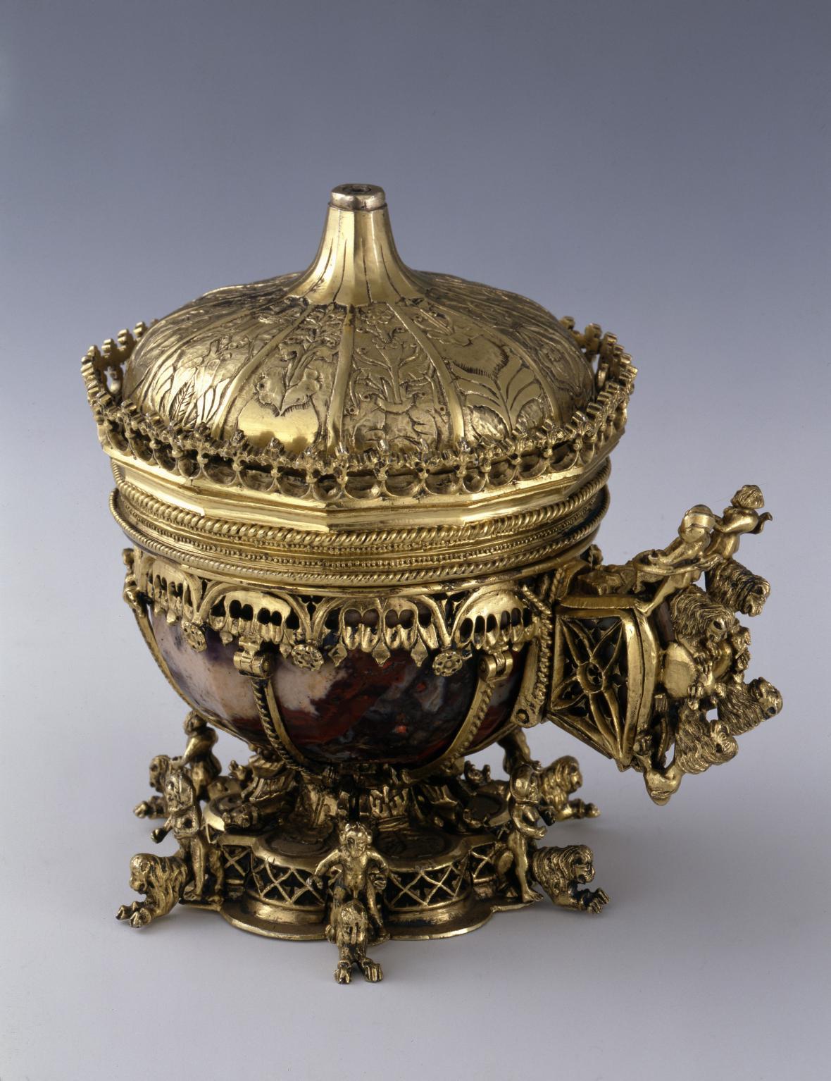 Jedenáctihranný ametystový pohár s víkem a s bohatým armováním, řezba v kameni 1360–1370