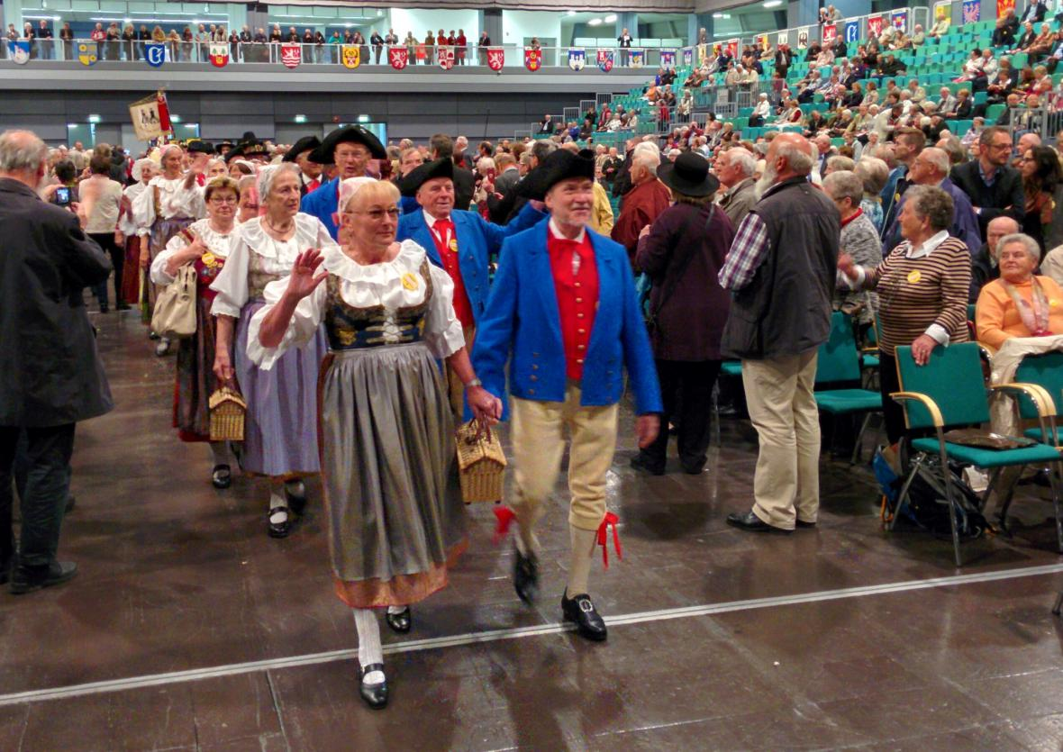 Účastníci 67. sjezdu sudetských Němců v Norimberku přicházejí v krojích své původní domoviny
