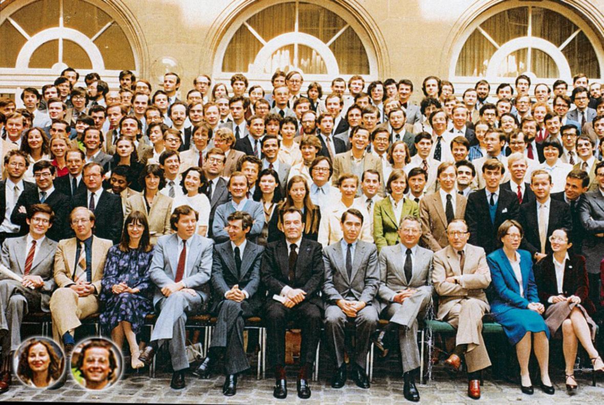 Francouzský prezident François Hollande a současná ministryně životního prostředí Ségolène Royalová (oba ve výřezu) při promoci ENA v roce 1980. Promoval s nimi také někdejší premiér Dominique de Villepin (horní řada, desátý zleva)