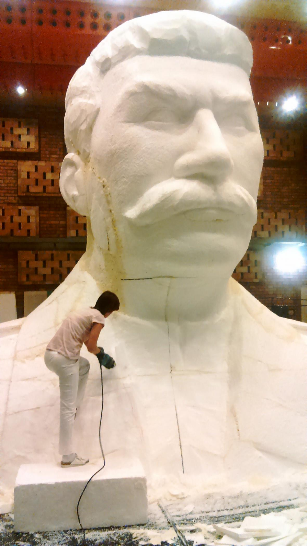 Příprava makety Stalinova pomníku