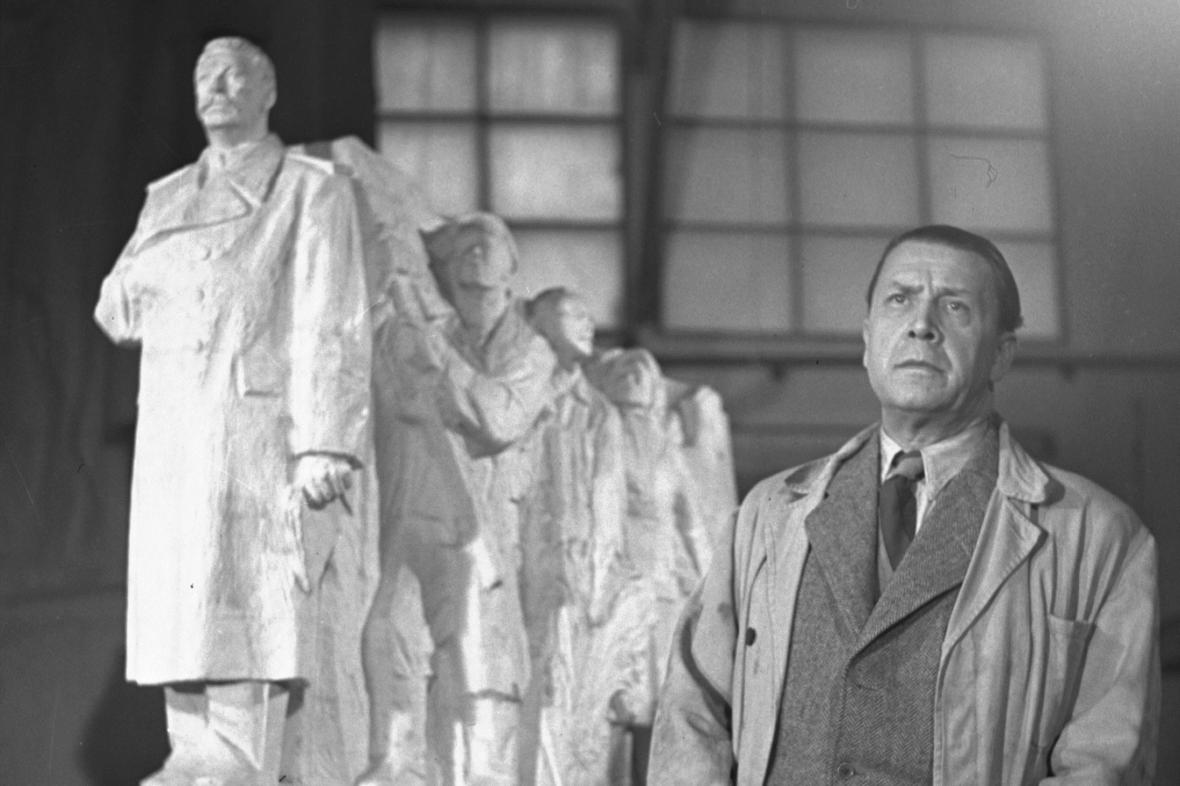 Sochař Otakar Švec u modelu Stalinova pomníku, 1953