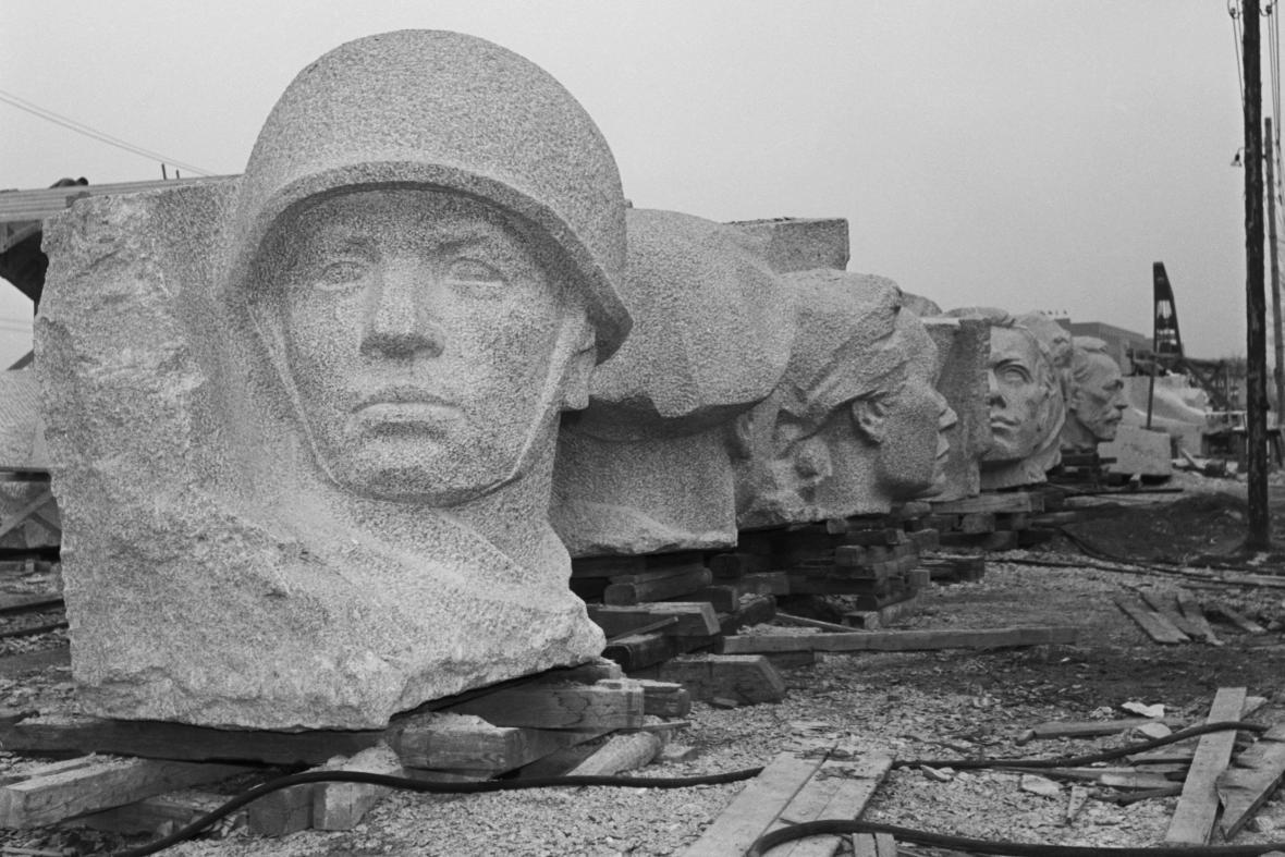 Stavba pomníku,  hlavy bočních postav, 1953