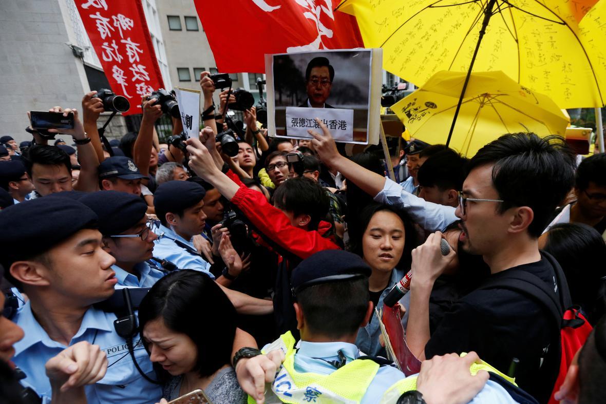 Protesty proti návštěvě čínského představitele Čang Te-ťianga