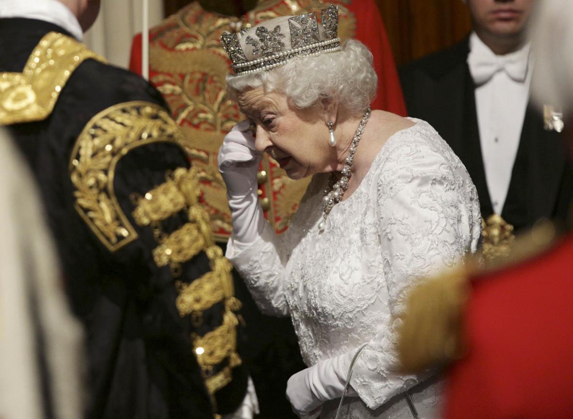 Královna přichází pronést řeč k parlamentu