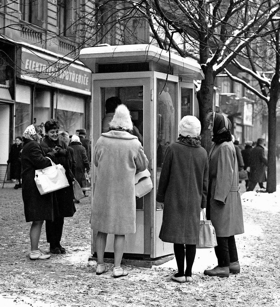 Fronta na telefonní budku na Václavském náměstí v Praze v roce 1960