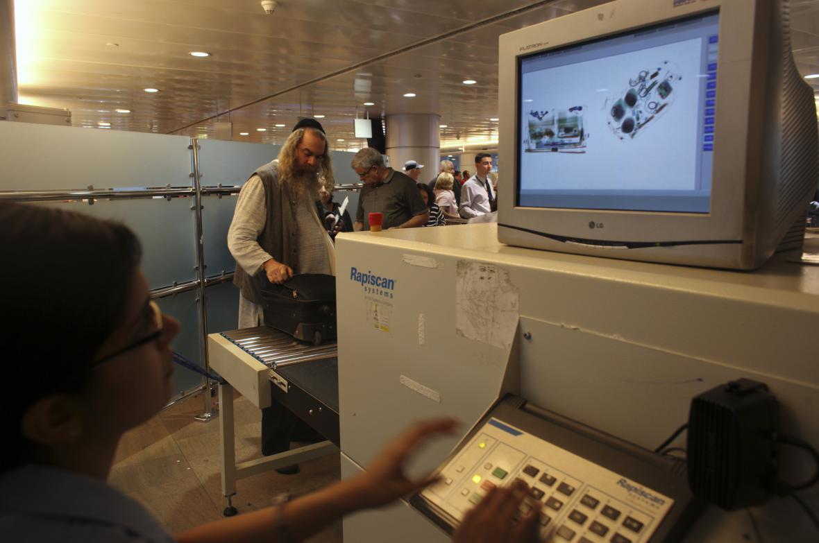 Jedna z několika kontrolních procedur na letišti
