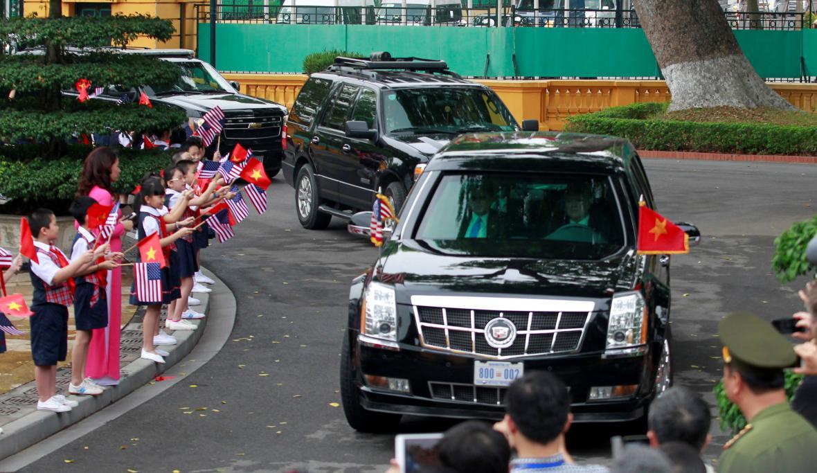 Kolona s Obamou přijíždí na uvítací ceremoniál k prezidentskému paláci v Hanoji