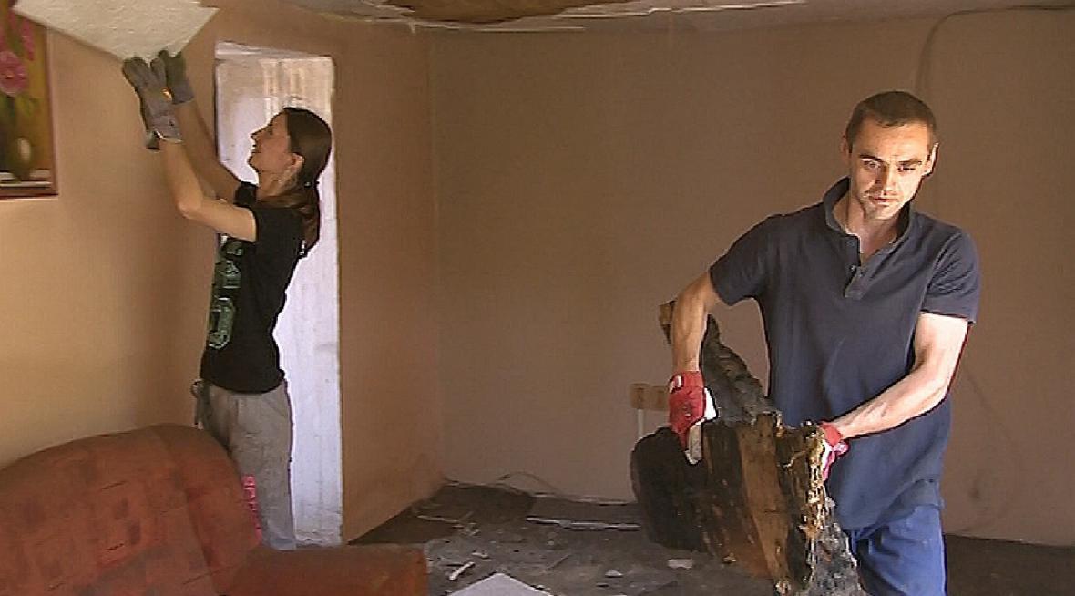 Manželé Koneční likvidují ohořelé zbytky domu po požáru