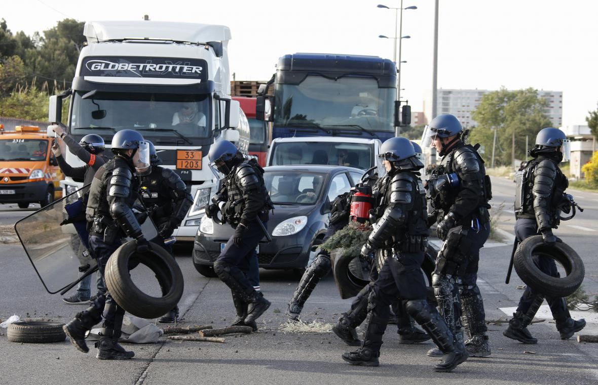 Policie na místě protestu ve Fos-sur-Mer
