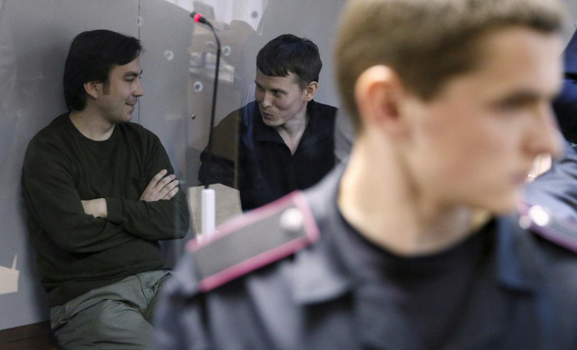 Ruští vojáci Jevgenij Jerofejev a Alexandr Alexandrov u soudu v Kyjevě