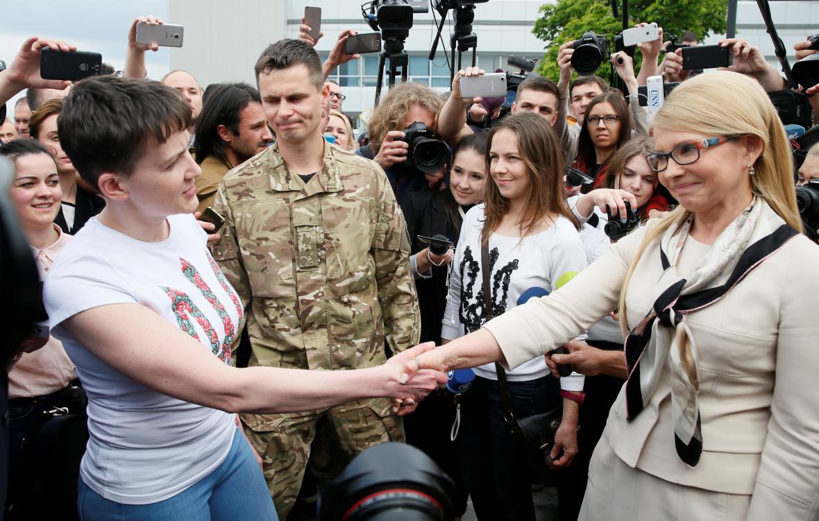 Naděžda Savčenková si po příletu na Ukrajinu potřásá rukou s Julií Tymošenkovou