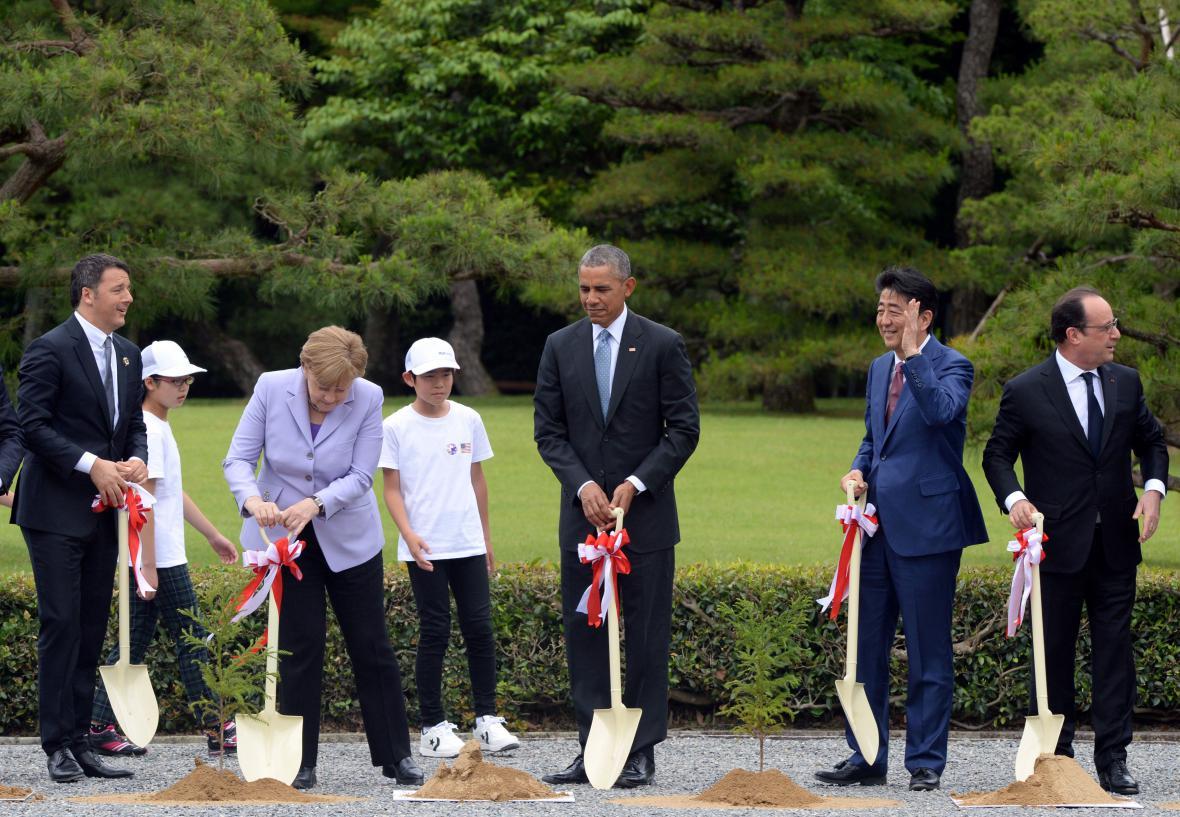 Účastníci summitu zasadili v Japonsku stromky