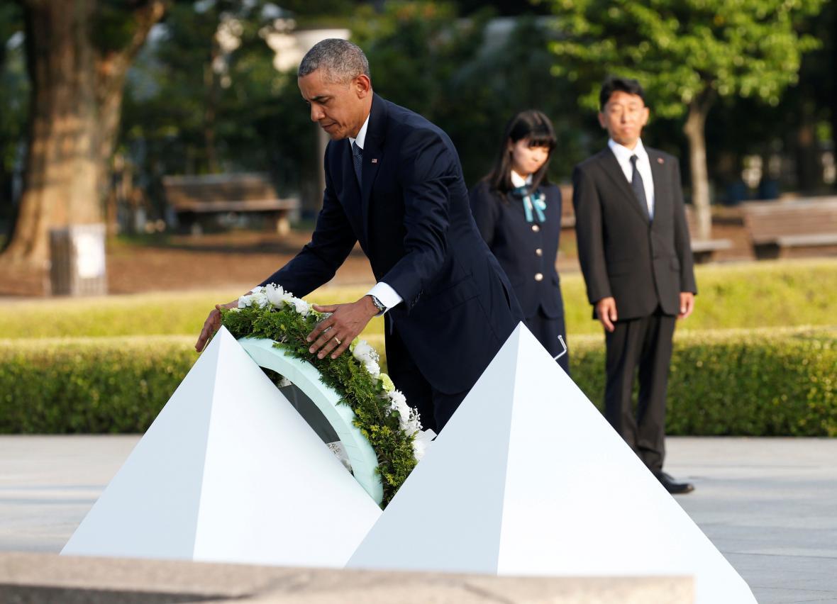 Obama pokládá květiny v hirošimském památníku