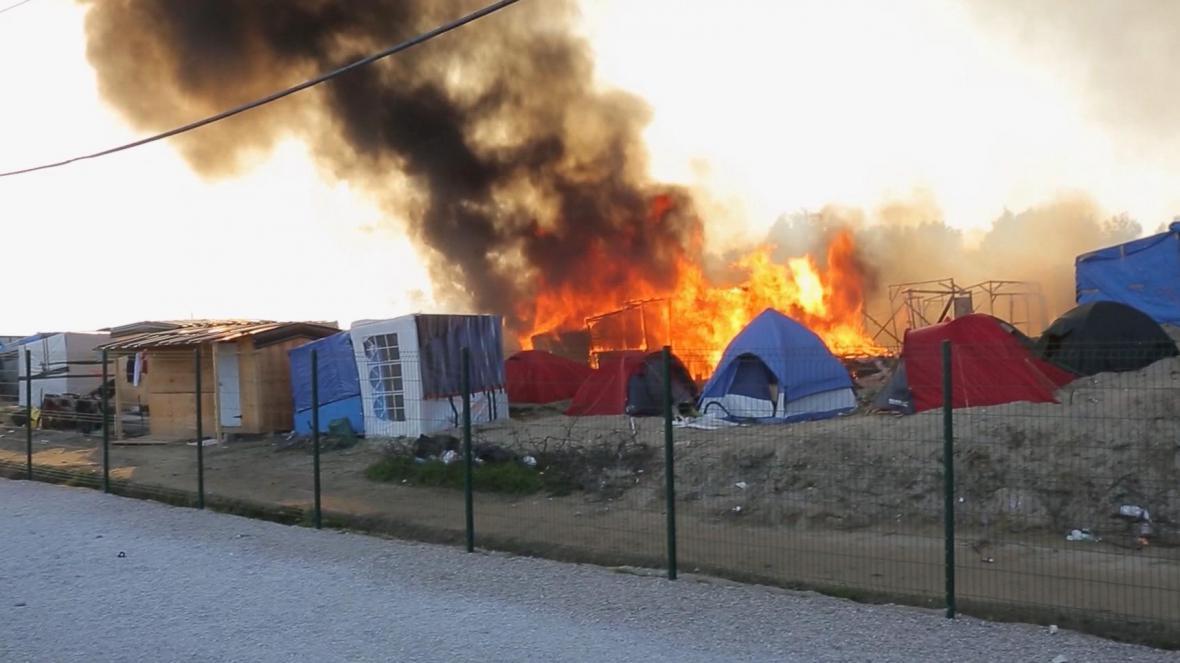 Hořící stany během střetů migrantů v Calais