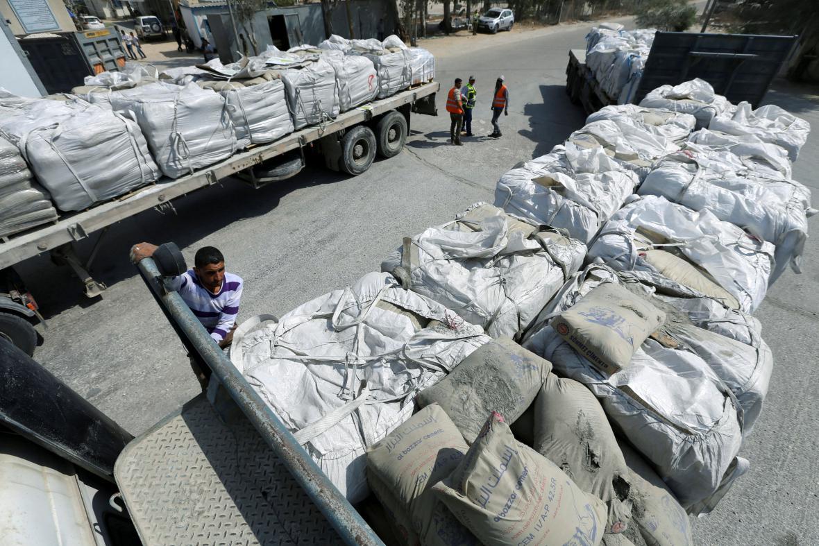 Pytle s cementem na přechodu v Kerem Šalom